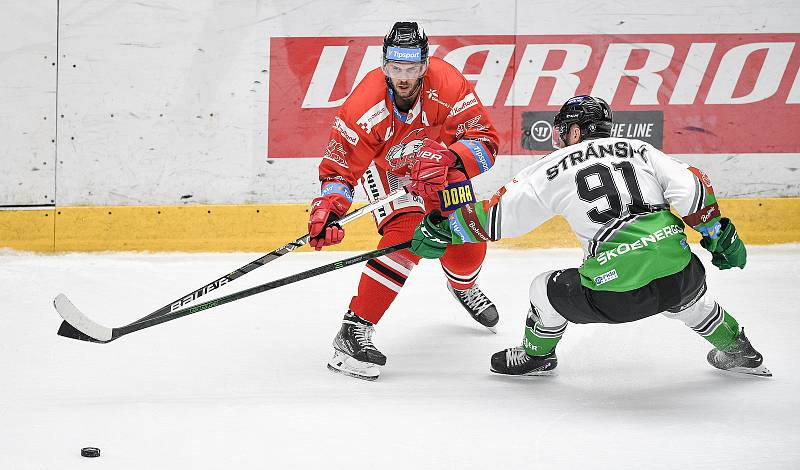 Utkání 1. kola hokejové extraligy: HC Olomouc - BK Mladá Boleslav, 10. září 2021 v Olomouci. David Krejčí z Olomouce a Jan Stránský z Mladé Boleslavi.