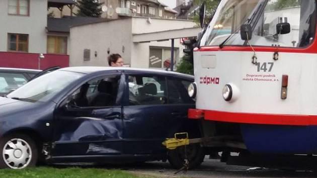 Na olomoucké třídě Kosmonautů se v úterý ráno srazilo osobní auto s tramvají.