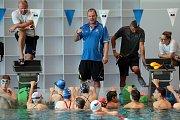 Mladé plavecké naděje na prázdninovém kempu v Olomouci.Hlavní trenér plaveckého kempu Thomas Fronek.