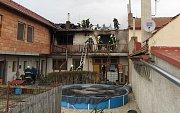 Hasiči zasahují u požáru domu v Čechách pod Kosířem