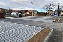 Nový vjezd z ulice Poděbradova a padesát parkovacích míst využívají nově pacienti a návštěvy v Nemocnici Šternberk.