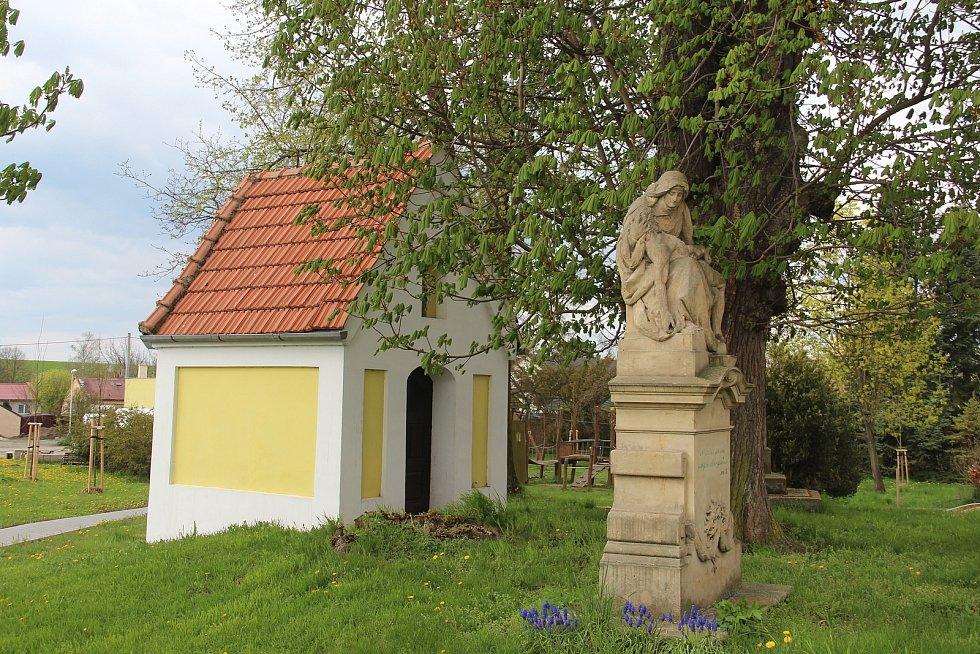 Kaple a sousoší Piety v Ústíně