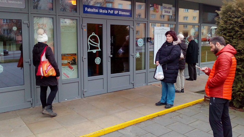 První voliči se před volební místností v Základní škole Stupkova v Olomouci scházeli už deset minut před druhou hodinou