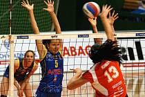 Olomoucké volejbalistky (v červeném) proti Prostějovu