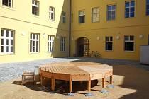 Budoucí učitelé získali v Žerotínském paláci v olomoucké Purkrabské ulici specializované laboratoře i nádvoří s pódiem v prostorách bez bariér.