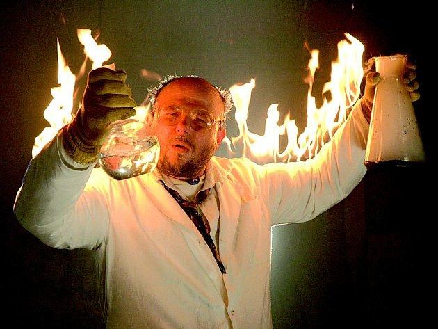 Loňská festivalová znělka se zapáleným vědcem je dílem Josefa Abrháma mladšího.