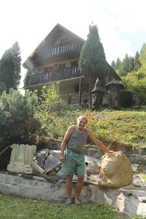 Chatař Oldřich Vrána vytváří sochy ze dřeva i pískovce.