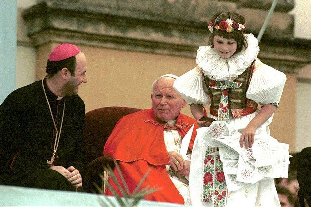 Olomoucký arcibiskup Jan Graubner a papež Jan Pavel II. na setkání smládeží na Svatém Kopečku