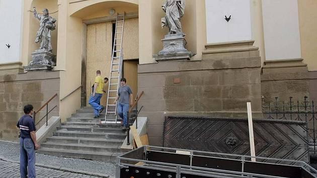 Odvážení dveří z kostela sv. Michala 7. července 2009