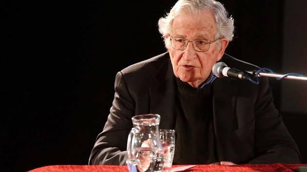 Legenda světové lingvistiky Američan Noam Chomsky na besedě v olomouckém kině Metropol