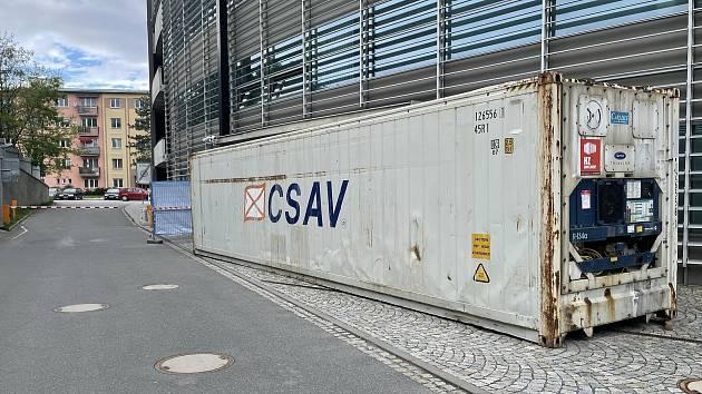Mobilní chladicí kontejner v areálu FN Olomouc, 30. května 2021