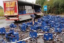 Nehoda kamionu s pivem na nájezdu na R35 u Nasobůrek