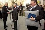 Ředitel Slovanského gymnázia Radim Slouka vítá prezidenta Zemana. Vpravo s polštářem šéf hradního protokolu Jindřich Forejt