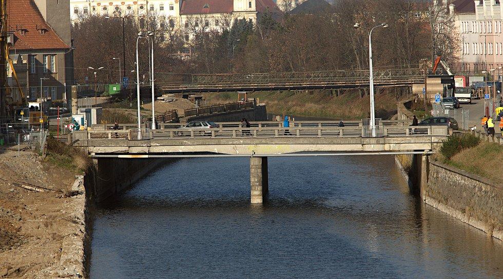 Stavba protipovodňových opatření - v popředí most na Masarykově třídě, za ním lávka u Bristolu. Konec listopadu 2018
