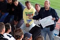 S grafem Tomáš Vaida, předseda fanouškovského sdružení Sigma United. Fotbalisté Sigmy se sešli na Andrově stadionu s fanoušky