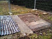 Propadlinu ve Smetanových sadech, kam v létě 2013 spadlo malé děvčátko, překrývá betonový panel