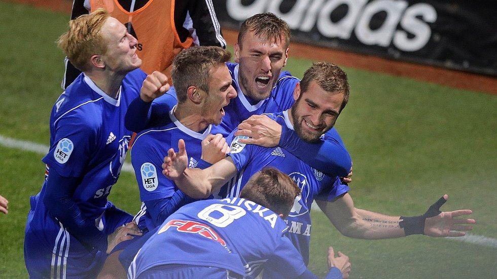 Martin Sladký (vpravo) slaví svou vítěznou trefu do sítě Sparty