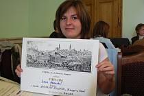 Lucie Ivanecká s diplomem za první místo v literární soutěži.