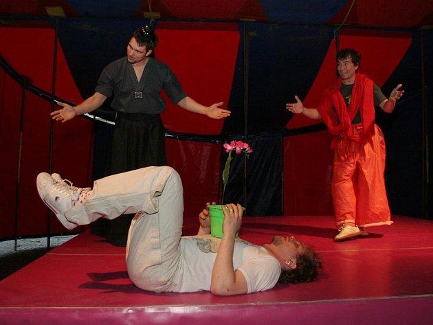 Představení divadla SKUTR v šapitó v Tereziánské zbrojnici