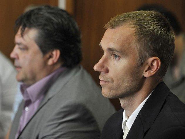 Petr Drobisz (v popředí) a Karel Kapr u Okresního soudu v Olomouci