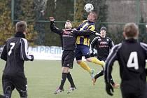 Fotbalisté Holice (v černém) v přípravě proti rezervě Opavy.