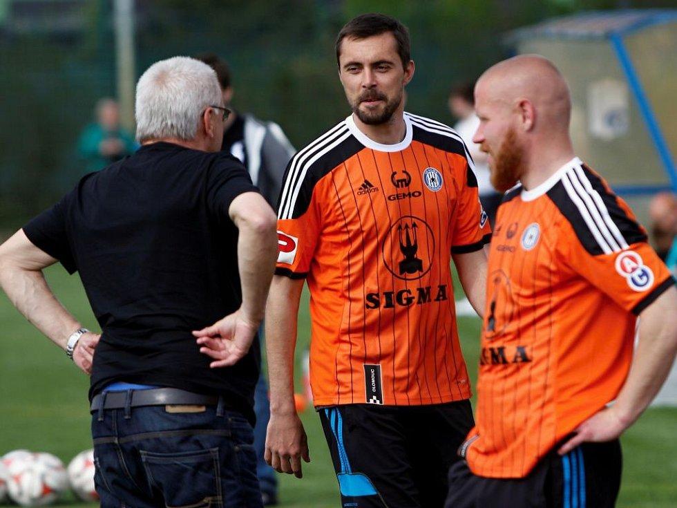 Trenér Petr Uličný, Michal Ordoš a Jan Schulmeister. Fotbalisté Sigmy si zahráli proti fanouškům