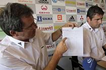 Sportovní ředitel SK Sigma Olomouc ukazuje křivku zobrazující ligová umístění klubu.