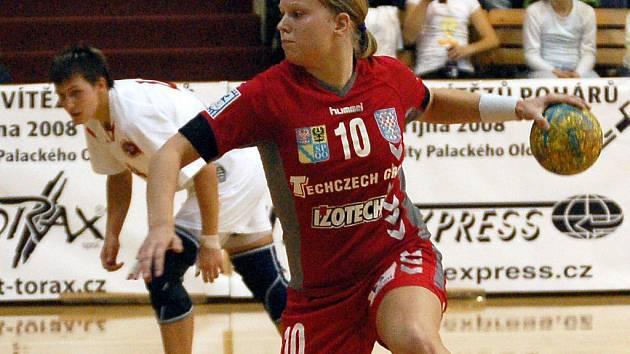 Michaela Hrbková střílí
