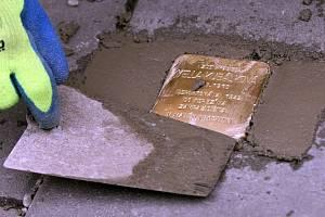 Pokládání Kamenů zmizelých (Stolpersteine) v Olomouci. Ilustrační foto