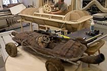 Zvětšený model auta filmového Kukyho vzniká v olomouckém Vlastivědném muzeu