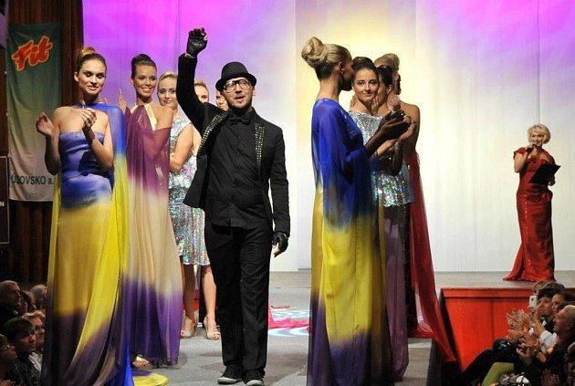 Luděk Hanák patří mezi nejúspěšnější české módní návrháře. Na snímku jsou modelky oblečené vkolekci Rainbow podzim/zima 2012.Ityto modely budou kvidění na Hanáckých Benátkách.