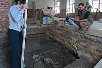 Po podlahou Vlastivědného muzea odkryli lidské kostry