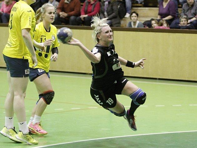 Jana Spíchalová (s míčem)