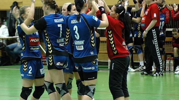 Olomoucké házenkářky (v modrém)