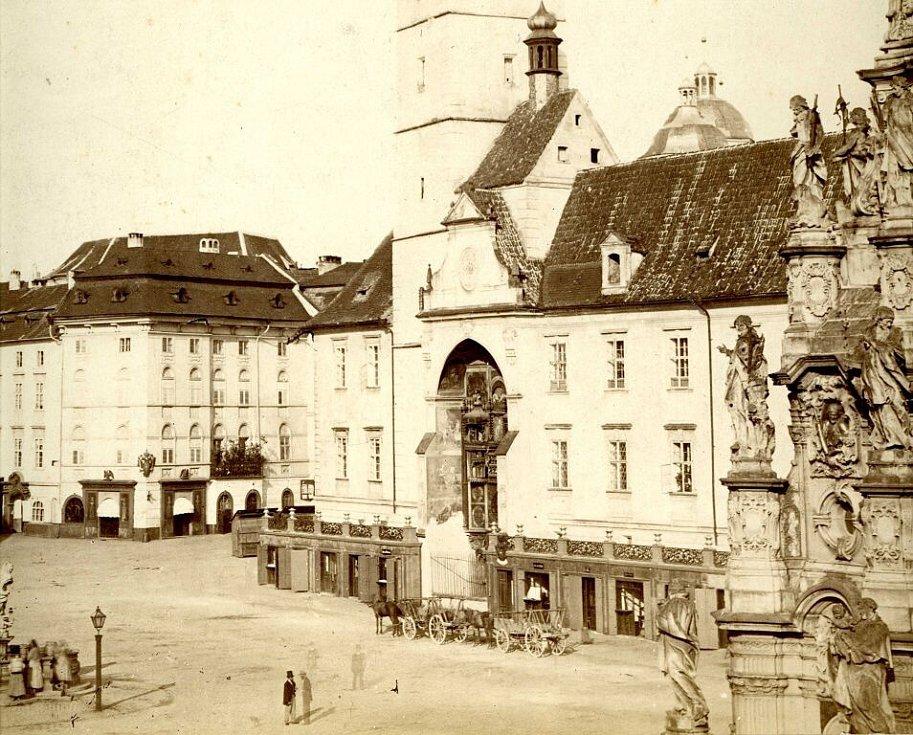 Na detailu fotografie ateliéru Pichler a spol., pořízené z okna hotelu Goliath v 60. letech 19. století, je částečně vidět ještě starý orloj, jehož malířskou výzdobu navrhl barokní umělec Jan Kryštof Handke.