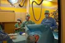 """Unikátní výkon ve Fakultní nemocnici, při němž lékaři voperovali pacientce speciální mikromonitor srdeční frekvence pouze """"injekcí""""."""