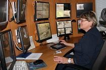 Obsluha kamerového systému umístěného v budově Městské policie Olomouc, kde střeží některé lokality ve městě.