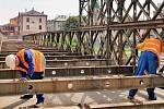 Stavba lávky pro pěší u mostu v Komenského ulici v Olomouci
