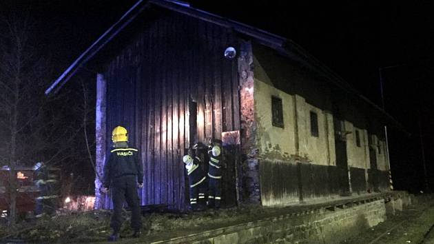 Likvidace požáru v nádražním domku v Domašově nad Bystřicí.