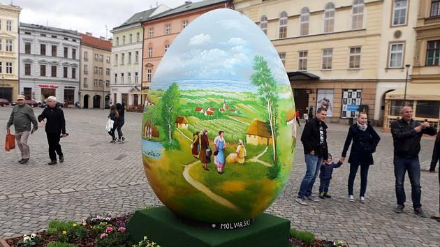 Chorvatští výtvarníci namalovali obří kraslici pro olomoucké náměstí.