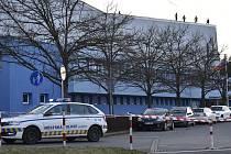 Střechu plaveckého stadionu v Olomouci poškodil silný vítr, 5. 2. 2020