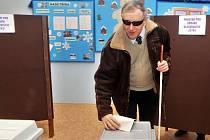 Druhé kolo prezidentských voleb v Olomouci.  Nevidomý Jan Příborský volil v ZŠ Dr.Nedvěda.