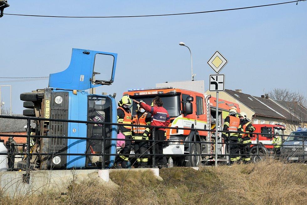 Nehoda nákladního auta v centru Senice na Hané, 24. 2. 2021