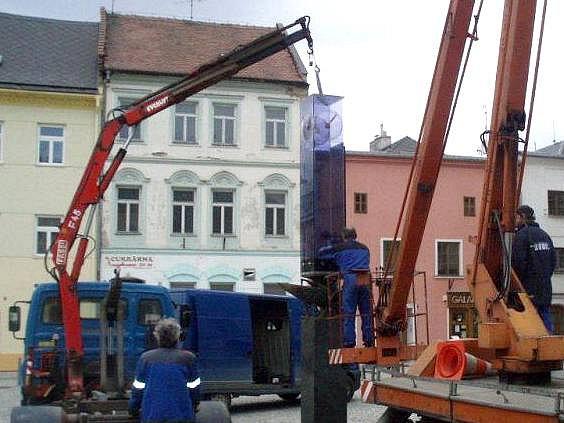 Demontáž prosklených hodin ze Stroje času na Hlavním náměstí vše Šternberku