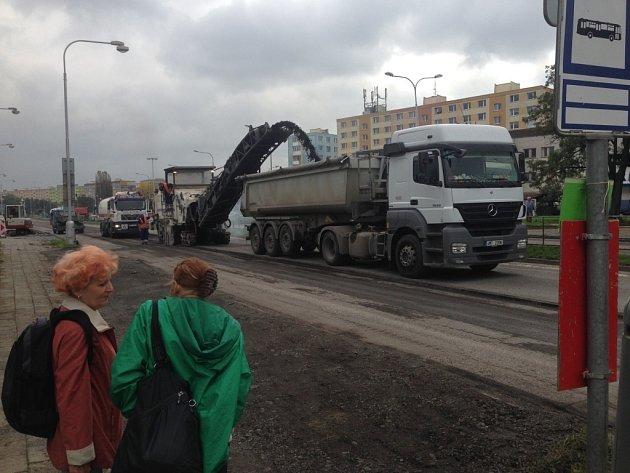 Dopravu v Olomouci komplikuje uzavírka dvou důležitých silnic, které potřebovaly opravit. Do 4. listopadu musejí řidiči počítat s objížďkami a kolonami. Na snímku frézování ve Velkomoravské ulici.