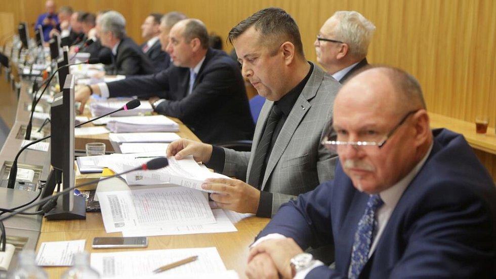 Petr Vrána (druhý zprava). Zasedání zastupitelstva Olomouckého kraje, které má na programu odvolání hejtmana