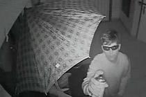 Dva muži, které vidíte na fotografiích, ukradli jízdní kolo v hodnotě deseti tisíc z kolárny domu ve Voskovcově ulici v Olomouci