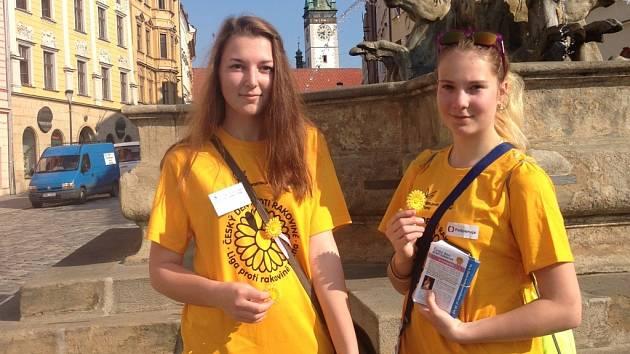 Lidé se od rána zdobí žlutými kvítky, pomáhají v boji s rakovinou.