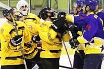 Hokejisté Uničova (ve žlutočerné) proti Šternberku
