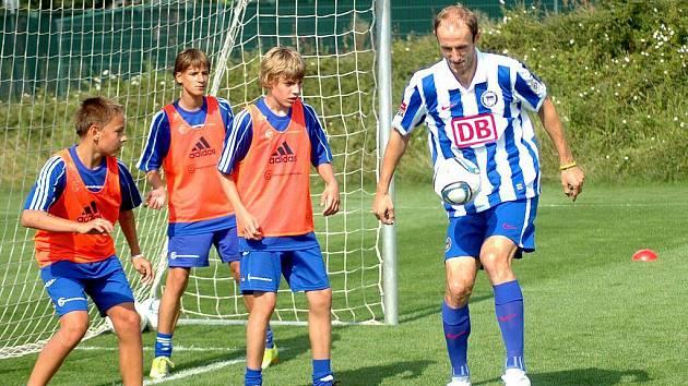 Fotbalový reprezentant Roman Hubník trénoval v Olomouci s mladými hráči ve fotbalové škole